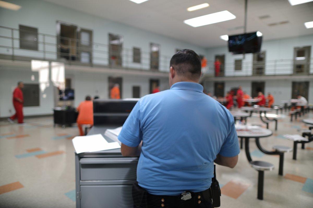 GEOグループが運営するアデラント移民拘留センター内のICE職員と拘留者たち